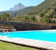 piscina alojamiento campamento de verano